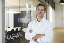 Retrato de empresário confiante no escritório moderno — Fotografia de Stock