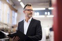Uomo d'affari maturo nella cartella aziendale — Foto stock