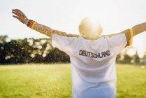 Jubelnder Junge im Fußballtrikot mit Deutschland auf dem Rücken — Stockfoto