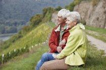 Alemanha, Rheingau, caminhadas casal de idosos tendo um descanso — Fotografia de Stock