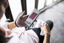 Художник проверяет свой смартфон с картинкой и картиной — стоковое фото