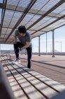 Спортивный человек, у которого перерыв на скамейке под крышей — стоковое фото