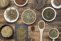 Вид з ромашки, м'яти, чебрець, зелений чай на дерев'яному столі — стокове фото