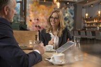 Deux hommes d'affaires se réunissant dans un restaurant — Photo de stock