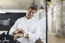 Бизнесмен использует умные часы в конференц-зале — стоковое фото
