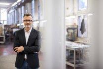Портрет усміхнений зрілий бізнесмен на фабриці — стокове фото
