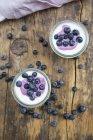 Heidelbeerjoghurt Quark Dessert auf Holzhintergrund — Stockfoto