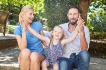 Портрет счастливой семьи в саду — стоковое фото