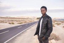 España, Tenerife, joven de pie en la carretera - foto de stock