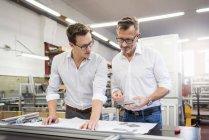 Два бізнесмени в обговоренні плану обговорення — стокове фото