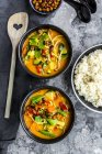 Caril vermelho nas bacias, arroz e grão de bico roasted — Fotografia de Stock