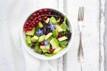 Смешанный салат с авокадо, красной смородиной и цветущими боражами — стоковое фото