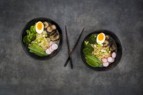 Суп рамен з яйцями, цукром гороху, брокколі, локшиною, акапий гриби і редька Червона — стокове фото