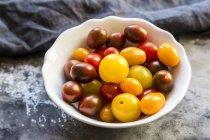Bol de mini tomates — Photo de stock