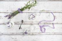 Gläser mit hausgemachtem Lavendelzucker mit Lavendelblüten — Stockfoto