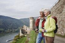 Germania, Rheingau, felice coppia anziana guardando la vista — Foto stock