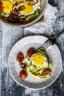 Zoodle nest with egg, zucchini noodles with egg, tomatoes and red onion — Stock Photo
