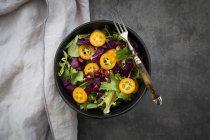 Bacia de salada verde misturada com sementes do repolho vermelho, do kumquat e da romã — Fotografia de Stock