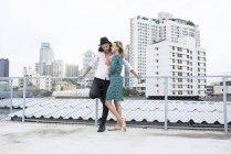Ritratto di una giovane coppia affettuosa su un tetto — Foto stock
