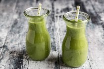 Авокадо смузи, зеленый смузи с огурцом, яблоко, сельдерей — стоковое фото