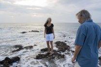 Красивая пожилая пара веселится на море — стоковое фото