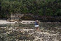 Ласковая старшая пара обнимается на пляже — стоковое фото