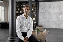 Retrato de homem de negócios maduro no escritório loft — Fotografia de Stock