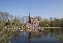 Bélgica, Flandes, Brujas, primavera en Minnewaterpark, Kasteel Minnewater - foto de stock