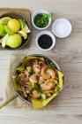 Креветки на сковороді, накладні — стокове фото