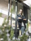 Содержание зрелый человек стоит перед террасой двери своего дома — стоковое фото