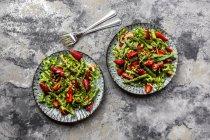 Салат з зеленого спаржі, ракета, полуниця і кедрові горіхи — стокове фото