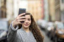 Ragazza adolescente che prende selfie smartphone in strada — Foto stock