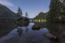 Германия, Бавария, Берхтесгаденские Альпы, озеро Хинтерзее — стоковое фото