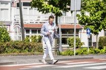 L'uomo che attraversa una strada — Foto stock