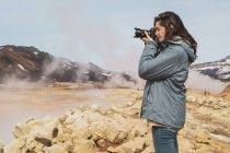 Исландия, Hverarond field, женщина-фотограф — стоковое фото