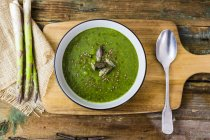 Espargos verdes frescos, sopa dos espargos na bacia — Fotografia de Stock