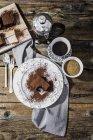 Brownie mordu sur l'assiette et la tasse de café — Photo de stock