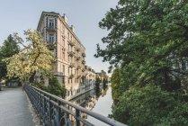 Германия, Гамбург, Эппендорф, жилые здания на Исебекском канале — стоковое фото