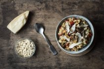 Bowl of porridge with bell pepper, champignons and parmesan — Stock Photo