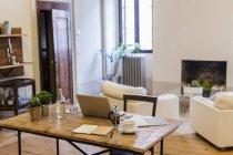 Ноутбук и кофе на деревянном столе дома — стоковое фото