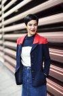 Ritratto di giovane donna alla moda — Foto stock