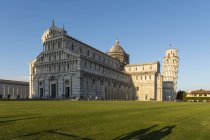 Italy, Tuscany, Pisa, View to Pisa Cathedral and Leaning Tower of Pisa from Piazza dei Miracoli in the evening light — Stock Photo