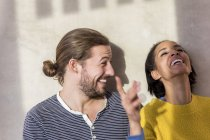 Giovane coppia divertirsi — Foto stock