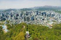 Південна Корея, Сеул. Вид на місто з Seoul башта з Namsan парку і Namsan канатні автомобілі — стокове фото