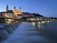 Austria, Alta Austria, Steyr, River Enns e Chiesa di San Michele all'ora blu — Foto stock