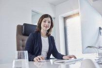 Портрет усміхнених молодих бізнеследі на столі в офісі — стокове фото
