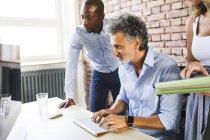 Collèges souriants travaillant ensemble au bureau — Photo de stock