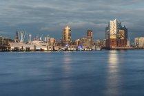 Germania, Amburgo, Harbour e Elbe Philharmonic Hall alla luce della sera — Foto stock