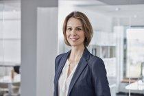 Портрет уверенной деловой женщины в должности — стоковое фото