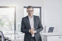 Ritratto di uomo d'affari sicuro in carica — Foto stock
